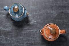 Δύο teapots σε ένα σκοτεινό υπόβαθρο Στοκ Φωτογραφία