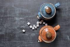 Δύο teapots σε ένα σκοτεινό υπόβαθρο Στοκ εικόνα με δικαίωμα ελεύθερης χρήσης