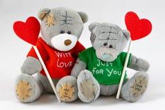 δύο teddy αντέχουν με την καρδιά στοκ εικόνες