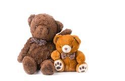 Δύο teddy αντέχουν το αγκάλιασμα που απομονώνεται Στοκ Φωτογραφία