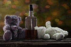 Δύο Teddy αντέχουν το μεθυσμένο ουίσκυ 2 μπέρμπον Στοκ φωτογραφίες με δικαίωμα ελεύθερης χρήσης