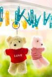 Δύο teddy αρκούδες στερεώνουν τον ήλιο στοκ εικόνες με δικαίωμα ελεύθερης χρήσης