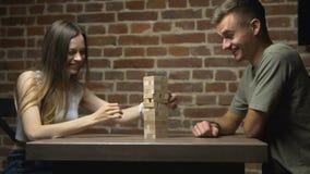 Δύο Teens παιχνίδι Jenga έναρξης φιλμ μικρού μήκους