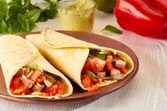 Δύο tortilla περικαλύμματα με την ψημένα Τουρκία και τα λαχανικά Στοκ φωτογραφία με δικαίωμα ελεύθερης χρήσης