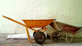 Δύο wheelbarrows μετά από την εργασία στοκ φωτογραφίες