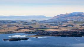 Δύση άποψης από τους λόφους Lomond προς Kinross, τη λίμνη Leven, και τους απόμακρους λόφους Ochil, Fife, Σκωτία στοκ φωτογραφία με δικαίωμα ελεύθερης χρήσης