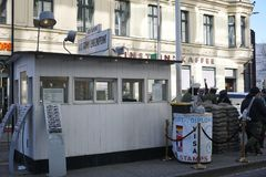 δύση θέσεων σημαδιών της ανατολικής πρώην Γερμανίας σημείων ελέγχου του Τσάρλυ συνόρων του Βερολίνου στοκ εικόνες με δικαίωμα ελεύθερης χρήσης