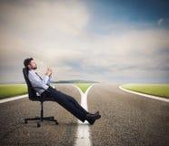 Δύσκολες επιλογές ενός επιχειρηματία σταυροδρόμια έννοια της σύγχυσης στοκ εικόνες