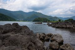 Δύσκολες ηφαιστειακές ακτές της λίμνης Kawaguchi Στοκ Εικόνες