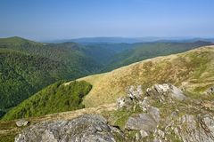 Δύσκολες πέτρες σε μια κορυφή ενός ξηρού βουνού κάτω από τον καθαρό μπλε ουρανό στοκ εικόνα