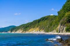 Δύσκολη ακροθαλασσιά με την παραλία χαλικιών, κύματα με τον αφρό Στοκ φωτογραφία με δικαίωμα ελεύθερης χρήσης