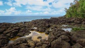 Δύσκολη ακτή, λίμνες νερού και μπλε Ειρηνικός Ωκεανός στο λουτρό της βασίλισσας, Kauai, Χαβάη, Ηνωμένες Πολιτείες στοκ εικόνες με δικαίωμα ελεύθερης χρήσης