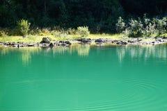 Δύσκολη ακτή μιας λίμνης βουνών Στοκ φωτογραφίες με δικαίωμα ελεύθερης χρήσης