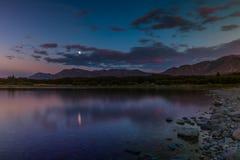 Δύσκολη ακτή της ήρεμης λίμνης στα βουνά στοκ εικόνες με δικαίωμα ελεύθερης χρήσης