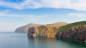 Δύσκολη ακτή της λίμνης Baikal Ζουμ μέσα, τηγάνι   4K απόθεμα βίντεο