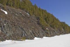 Δύσκολη ακτή του παγωμένου ποταμού στοκ εικόνα με δικαίωμα ελεύθερης χρήσης