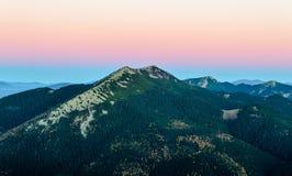 Δύσκολη κορυφή βουνών στην αυγή Στοκ φωτογραφία με δικαίωμα ελεύθερης χρήσης