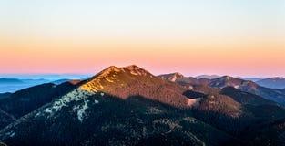 Δύσκολη κορυφή βουνών στην αυγή Στοκ Εικόνες