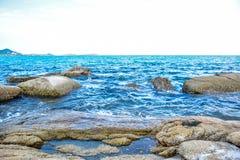 Δύσκολη παραλία ακτών στο νησί Samui, Ταϊλάνδη Στοκ φωτογραφία με δικαίωμα ελεύθερης χρήσης