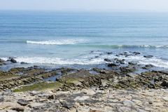 Δύσκολη παραλία με την υδρονέφωση υποβάθρου Στοκ εικόνες με δικαίωμα ελεύθερης χρήσης