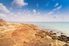 Δύσκολη παραλία πέρα από seacoast τον ορίζοντα Στοκ εικόνα με δικαίωμα ελεύθερης χρήσης