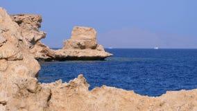 Δύσκολη παραλία στη Ερυθρά Θάλασσα με τον απότομο βράχο κοντά στην κοραλλιογενή ύφαλο Αίγυπτος Θέρετρο στην ακτή Ερυθρών Θαλασσών φιλμ μικρού μήκους