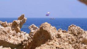 Δύσκολη παραλία στη Ερυθρά Θάλασσα με τον απότομο βράχο κοντά στην κοραλλιογενή ύφαλο Αίγυπτος Θέρετρο στην ακτή Ερυθρών Θαλασσών απόθεμα βίντεο