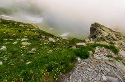 Δύσκολοι απότομοι βράχοι στον ομιχλώδη καιρό στοκ φωτογραφία
