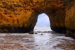 Δύσκολοι απότομοι βράχοι Praia Dona Ana στο Λάγκος, Πορτογαλία Στοκ φωτογραφία με δικαίωμα ελεύθερης χρήσης
