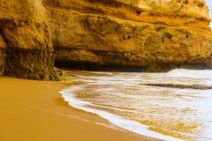 Δύσκολοι απότομοι βράχοι Praia Dona Ana στο Λάγκος, Πορτογαλία Στοκ εικόνα με δικαίωμα ελεύθερης χρήσης