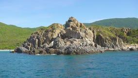 Δύσκολος απότομος βράχος και μπλε νερό στο τοπίο θάλασσας Μπλε απότομος βράχος θαλάσσιου νερού και βουνών στην ακτή Δύσκολο βουνό απόθεμα βίντεο