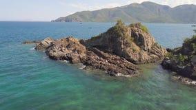 Δύσκολος απότομος βράχος και πράσινοι λόφοι στο εναέριο τοπίο θάλασσας Όμορφος απότομος βράχος στο μπλε σκάφος θαλάσσιου νερού AN απόθεμα βίντεο