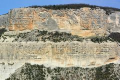 Δύσκολος απότομος βράχος μεταξύ των της Κριμαίας βουνών Ίχνη διάβρωσης σε ένα τμήμα του βράχου Στοκ φωτογραφίες με δικαίωμα ελεύθερης χρήσης