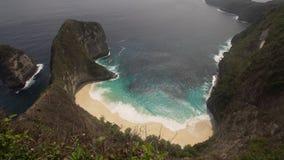 Δύσκολος απότομος βράχος με την παραλία στη θάλασσα Karang Dawa Στοκ Εικόνες