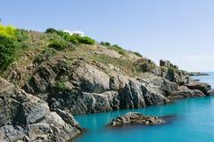 Δύσκολος απότομος βράχος στη θάλασσα στοκ εικόνες