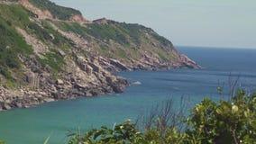 Δύσκολος απότομος βράχος στο νησί θάλασσας και το μπλε τοπίο νερού Νησί πράσινης θάλασσας με τη δύσκολη ακτή και μπλε νερό στο σα απόθεμα βίντεο