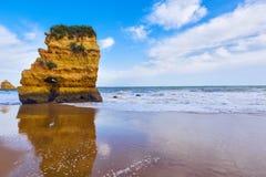 Δύσκολος απότομος βράχος Praia Dona Ana στο Λάγκος, Πορτογαλία Στοκ φωτογραφία με δικαίωμα ελεύθερης χρήσης