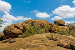Δύσκολος λόφος βουνών στον αφρικανικό θάμνο σαβανών στοκ φωτογραφίες