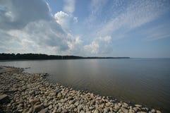 Δύσκολος ουρανός ακτών και σύννεφων στοκ εικόνες με δικαίωμα ελεύθερης χρήσης