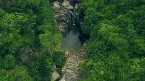 Δύσκολος ποταμός με τον καταρράκτη στο τροπικό δασικό εναέριο τοπίο Καταρράκτης βουνών και πετρώδης ποταμός στο rainforestdrone απόθεμα βίντεο