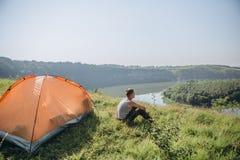 Δύσκολος ποταμός φαραγγιών τοπίων στρατόπεδων σκηνών ατόμων στοκ φωτογραφία με δικαίωμα ελεύθερης χρήσης