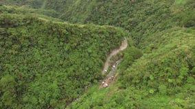 Δύσκολος τραχύς δρόμος με πολλ'ες στροφές βουνών κορεσμένος με τα φυσικά αυξημένα δέντρα φιλμ μικρού μήκους