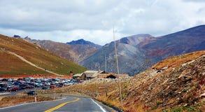 Δύσκολος χώρος στάθμευσης των κρατικών ΗΠΑ του Κολοράντο βουνών οδικός Στοκ εικόνα με δικαίωμα ελεύθερης χρήσης
