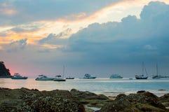 δύσκολο ηλιοβασίλεμα παραλιών Όμορφο χρυσό ηλιοβασίλεμα στη δύσκολη εκλεκτική εστίαση ακτών Στοκ Φωτογραφία