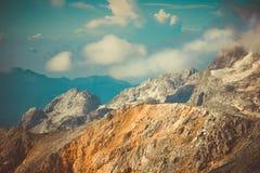 Δύσκολα βουνά με τα σύννεφα και το όμορφο τοπίο χιονιού παγετώνων Στοκ φωτογραφία με δικαίωμα ελεύθερης χρήσης