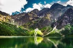 Δύσκολα βουνά το καλοκαίρι και το μπλε ουρανό Στοκ Φωτογραφίες
