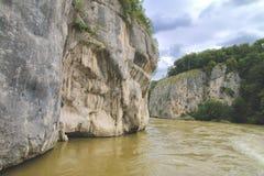 Δύσκολες ακτές του Δούναβη κοντά σε Kelheim στο βροχερό δ στοκ εικόνες με δικαίωμα ελεύθερης χρήσης