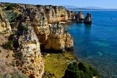 Δύσκολη ακτή κοντά Armacao de Pera, Αλγκάρβε, Πορτογαλία Στοκ φωτογραφία με δικαίωμα ελεύθερης χρήσης