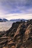 Δύσκολη ακτή με τα σύννεφα θύελλας Στοκ εικόνα με δικαίωμα ελεύθερης χρήσης
