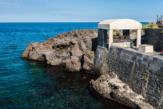 Δύσκολη ακτή με τους απότομους βράχους λάβας Στοκ εικόνα με δικαίωμα ελεύθερης χρήσης